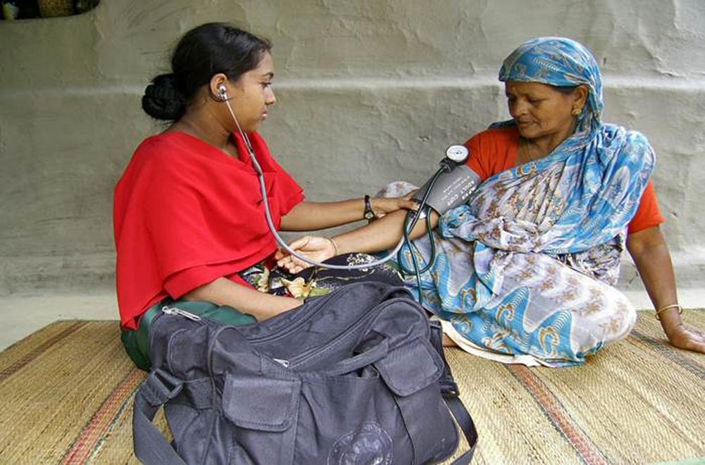 paramédic visitant une patiente