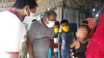 Le Dr Kadir, directeur de GK, examine un enfant rohingya dans un centre de santé